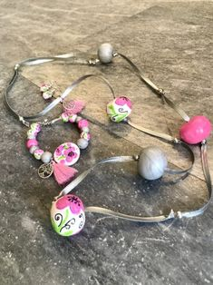 Κολιε από πολυμερικο πηλό με ζωγραφιστές χαντρες | | Tria-Aegina Washer Necklace, Jewelry Necklaces, Arts And Crafts, Handmade Jewelry, Beautiful, Fimo, Handmade Jewellery, Jewellery Making, Art And Craft