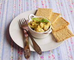 Mod de preparare: Ciupercile le spalam sub jet de apa rece. Punem apa la fiert intr-o cratita incapatoare. Cand incepe sa fiarba punem in apa 1 lingurita de sare, cateva boabe de piper si zeama de la o lamaie mare. Fierbem ciupercile in jur de 15-20 de minute, gustati si…