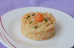 Il risotto al salmone e' un primo piatto raffinato, gustoso e al tempo stesso molto facile da preparare. Per fare una sorpresa a mio marito, ho servito