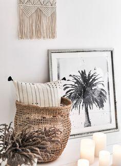 Ibiza n'est plus seulement une forteresse hippie, c'est aussi un style estival moderne et insouciant. Ce look  épuré révèle la légèreté méditerranéenne de l'île de rêve, dans une version contemporaine à la fois détendue et invitante. De nombreux éléments en rotin et matériaux rustiques rendent le rapport à la nature clair et perceptible. // Décoration Maison Scandi Boho Canapé #décomaison #décoration #salon #canapé #boho #scandi #maison #ibiza