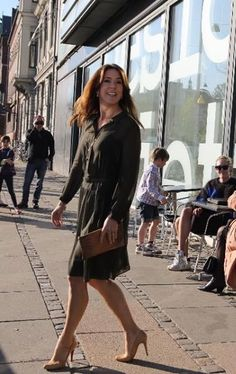 Crownprincess Mary with her clucthbag from CARLEND Cpoenhagen. www.carlend.dk