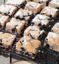 BLÅBÄRSKAKA En supersaftig, ljuvligt god blåbärskaka. Blåbär i kakanger en oerhört god och smarrig smak i din blåbärskaka! Det går också bra att byta ut Swedish Recipes, Sweet Recipes, No Bake Desserts, Dessert Recipes, Cake Recept, Kolaci I Torte, Scandinavian Food, Bakery Cafe, Cafe Food