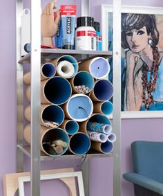 Cadeaupapier, kwasten en ander knutselspullen geef je een mooie plek in deze tekenkoker-kast.