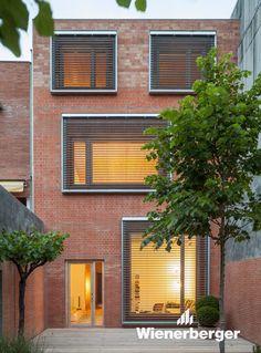 Two dwellings in a house. House 1014 by H Arquitectes Design Exterior, Facade Design, Brick Facade, Facade House, Courtyard House, Architecture Design, Window Grill Design, Brick Patios, Building Facade