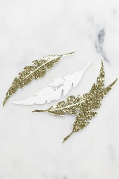 Love these feather place cards. These would be perfect for any occasion!