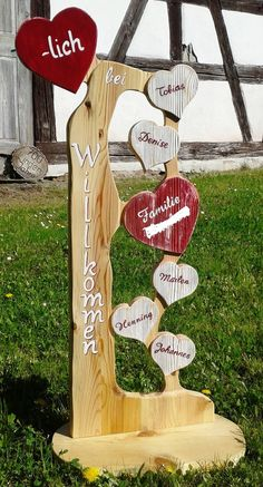 Deko-Objekte - Holzstele Herzlich Willkommen Familie Herz Holz - ein Designerstück von Atelier-Maeurer bei DaWanda