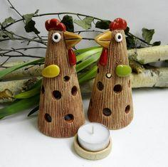 Slepička+na+čajovou+svíčku+-+na+objednávku+Ze+šamotové+hlíny,+výška+cca+15+cm.+Ke+každé+slepičce+svícínek+na+čajovou+svíčku.+CENA+ZA+KUS Ceramic Chicken, Pottery Handbuilding, Ceramic Christmas Trees, Polymer Clay Crafts, Clay Projects, Ceramic Art, Wood Crafts, Creative, Roosters