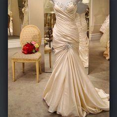 This gown has always been a favorite of the #pninabride @pninatornai #thecoordinatedbride #coordinatedweddingdresses