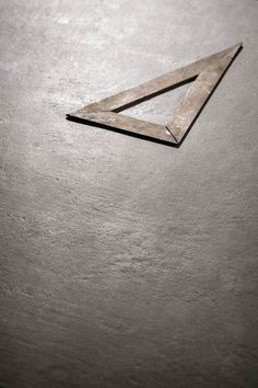 Discover the concrete and terracotta effect, suitable for those who love creating spaces with neutral and modern colours. Neutral, Hexagon Tiles, Ceramic Materials, Street Furniture, Construction Materials, Modern Colors, Terracotta, Stoneware, Concrete
