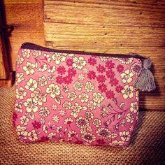 PETIT PORTE MONNAIE tissu FROU FROU LIBERTY ROSE Pompon taille 10x12cm CADEAU DE NOEL : Porte clés par le-petit-atelier-de-laure