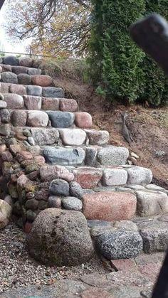 Creating a path with rocks/stones. Backyard Garden Design, Backyard Patio, Backyard Landscaping, Garden Paths, Lawn And Garden, Garden Beds, Rock Walkway, Garden Stairs, Sloped Garden