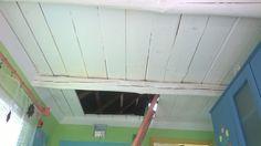 Sufit altanki pomalowany białą farbą silikatową pozostałą po remoncie łazienki