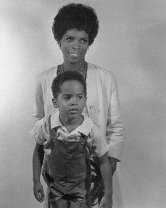 La actriz Roxie Roker con su hijo Lenny Kravitz / todocoleccion