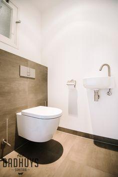 Badkamer met inloopdouche en inbouwkast | Het Badhuys Dog Bathroom, Bathroom Toilets, Washroom, Small Bathroom, Modern Toilet, Guest Toilet, Toilet Design, Bathroom Inspiration, House Plans