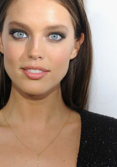 Emily DiDonato Smoky Eyes Eye makeup : Emily DiDonato was a smouldering beauty with subtle smoky eyes. Emily Didonato, Most Beautiful Eyes, Stunning Eyes, Beautiful Women, Beauty And Fashion, Look Fashion, Modelo Emily, Non Blondes, Smoky Eyes