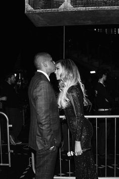 Hold that thought B! Beyonce gets backstage support by her hubbie Jay Z just before her live perfomance at the Brit Awards (photo by: Robin Harper)