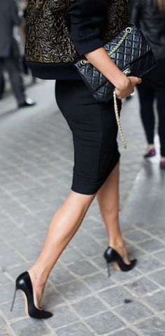 the sartorialist.always love a pencil skirt.all black outfit for the office. Looks Street Style, Looks Style, Style Me, Classic Style, Black Style, City Style, City Chic, Ultra Classic, Timeless Elegance
