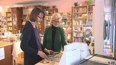Frau Bollinger in ihrer Buchhandlung mit einer Kundin