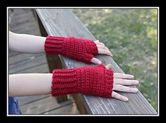 This is a pattern for a pair of quick and easy fitted fingerless gloves with stretchy ribbing around the wrist and fingers. They are one-size-fits-most women's gloves.