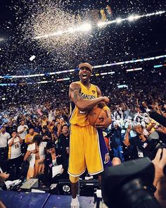 Reposting @estail.cl: Kobe Bryant es el primer jugador en jubilarse dos veces en el mismo equipo de la nba la primera vez con el número 8 y ahora con el 24. Foto: @espn . . . . #basketball #basket #ball #baller #hoop #balling #sports #sport #court #net #rim #backboard #instagood #game #photooftheday #TFLers #active #pass #throw #shoot #instaballer #instaball #jump #nba #bball #kobebryant #lakers
