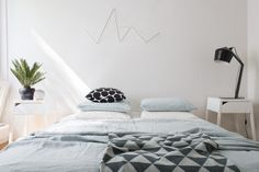 Modern bedroom, black Innolux Pasila lamp