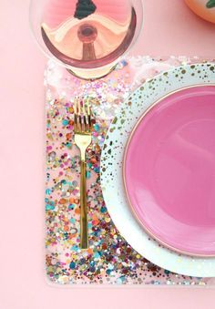 Glitter Confetti Placemat DIY ~ Mary Wald & # s Place – Make A Confetti Placemat … – Kinderleicht – Crafts Pot Mason Diy, Mason Jar Crafts, Diy Décoration, Easy Diy, Fun Diy, Diy Home Decor Projects, Craft Projects, Decor Ideas, Diy Hanging Shelves
