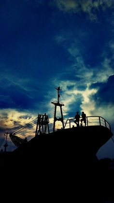 The long dusk. While most of us already settle from the day work, some of port workers in Surabaya, East Java, Indonesia are still working until unlasting hour. No overtime and no safety. Just work to fit their lives #Indonesia #portworker #ship