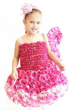 Detalle de vestido Globo para niña, hecho con rosas en mini rosas en monocromatico con Flores Naturales. Modelo: Ana Fer