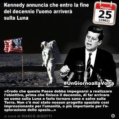 25 maggio 1961: Kennedy annuncia che entro la fine del decennio luomo arriverà sulla Luna  Immaginate di poter raggiungere la Luna. Di tutti gli astri il più vicino e il più sognato da poeti filosofi e scienziati. Per non dire degli scrittori e dei registi di fantascienza. Fu soltanto nel corso del XX secolo che un mix straordinario di eventi permise alluomo di mettere piede davvero sul nostro satellite. Fu lapparente ricchezza dei paesi industrializzati fu la rapida evoluzione della…
