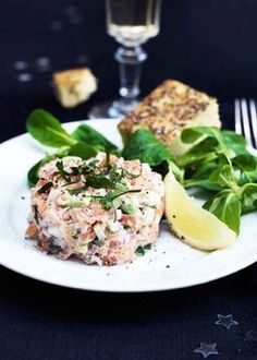 Salmon tartare with apple and fresh herbs I Love Food, Good Food, Salmon Tartare, Raw Salmon, Great Recipes, Healthy Recipes, Recipes From Heaven, Fish And Seafood, Fresh Herbs