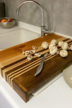 Sapevi che i taglieri da cucina realizzati in legno sono più igienici e resistenti di quelli in plastica? Il tagliere è uno strumento indispensabile in qualsiasi cucina e i taglieri in plastica sono facili da pulire, ma le lame dei coltelli li rovinano facilmente. I batteri possono entrare in queste fessure, rendendo difficile la loro rimozione. Con questo tutorial ti mostreremo come realizzare un tagliere di legno, semplice ma elegante, perfetto per la tua cucina. Non perderti i passaggi! Bath Caddy, Tutorial, Sony, Home, Elegant, Crafts