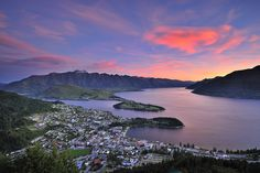 View+of+Queenstown,+New+Zealand+at+dusk+from+Skyline.