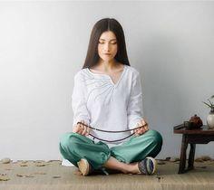 Conjunto de camisola y pantalón para la práctica de yoga, meditación, pilates, etc.  Fabricado con lino y algodón, es muy cómodo para la practica de estas disciplinas. El lino le proporciona una transpiracion perfecta y es una prenda de secado rápido.  Esta disponible en 4 colores: Blanco, Rosa, lila y verde.  1001