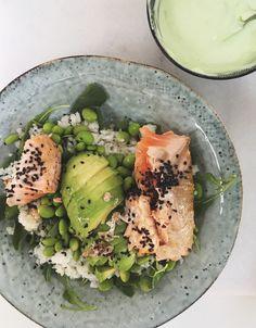 Craving for sushi, maar geen tijd of zin om helemaal rolletjes te maken? Maak dan deze lazy sushi bowl! Gebruik je sushi rijst? Bekijk dan hier onze handige video waarin we precies uitleggen hoe je het maakt. Kook anders de rijst met water volgens de instructies op de verpakking en laat afkoelen. Je kunt voor dit …