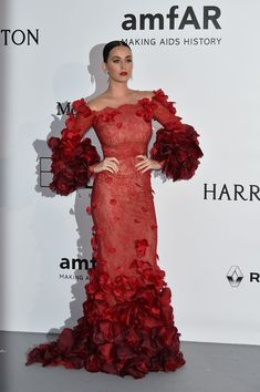 US singer Katy Perry poses as she arrives for the amfAR's 23rd Cinema Against AIDS Gala on May 19, 2016 in Antibes, southeastern France. / AFP / ALBERTO PIZZOLI