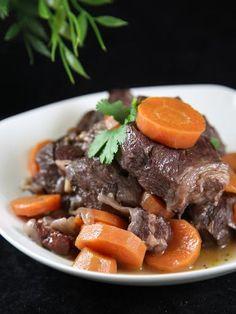 poivre, lard fumé, vin rouge, oignon, huile d'olive, ail, boeuf, sel, carotte, bouillon
