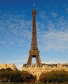 Etes-vous déjà montés au sommet de la tour Eiffel ?#paris #toureiffel #eiffeltower #iloveparis #weloveparis #french #frenchmoments #damedefer #cielbleu #cieldeparis #france #detoursenfrance #visitfrance #visitparis #bleublancrouge #symbole #monument #topparisphoto #igersfrance #visite #toujoursplushaut #amazingshot Tour Eiffel, France, Tower, Basket, Building, Photos, Travel, Red White Blue, Blue Skies