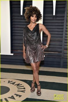Halle Berry Changes Into Short & Sexy Dress for Vanity Fair Oscar Party 2017!   halle berry vanity fair oscar party 03 - Photo