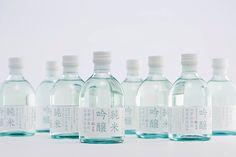 東京でも今日は最高気温が10℃以下。鍋物に日本酒が恋しいですね。 というわけで「特撰 白鶴 純米吟醸 六甲山系の伏流水仕込み」の パッケージをご紹介します。 ぽってりしたフレンドリーな瓶形にワインのようなキャップシール、 ストライブ状に大きく組んだタイポグラフィなど、新鮮で軽やかな デザインは、色部デザイン研究室の色部義昭が手掛けました。 7&iグループ向けに開発したもので、手にとっていただきやすい 250mlです。ぜひ、お試しください。 (AD: 色部義昭、D: 色部義昭・本間洋史、C: 上野晃、Pr: 早坂康雄)                                                                                                                                                     もっと見る