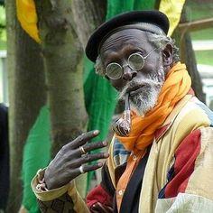 """Téclaire on Instagram: """"Un monument de l'univers artistique et culturel sénégalais s'en est allé. Paa bi comme il était aussi surnommé est associé à mes meilleurs…"""" Ageing, Comme, Instagram, Universe, Artist, Getting Older"""