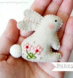 ❤ Embroidered felt bunny brooch ( with embroidery pattern ) ❤Mindy - craft idea & DIY tutorial collection Felt Embroidery, Felt Applique, Embroidery Patterns, Fabric Crafts, Sewing Crafts, Sewing Projects, Easter Projects, Easter Crafts, Felt Projects