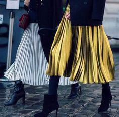74f905bc3 Como combinar sua saia plissada Saia Metalizada, Botas Curtas, Saia Com  Pregas, Saia