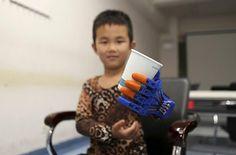 Menino ganha prótese de mão feita em impressora 3D http://oesta.do/1FeZ8Zr  @cadeirantes_Br @claudia_carla @Fred_Rios