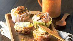 Honningbomberne er gode til at flække og smøre med smør, som man oprindelig gjorde. Spis dem til en kop god te. Der er revet æble i dejen, så de ikke bliver for tørre