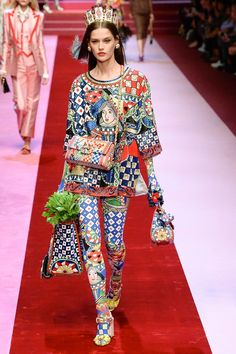 https://www.vogue.com/fashion-shows/spring-2018-ready-to-wear/dolce-gabbana/slideshow/collection
