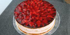 Super opskrift på en virkelig lækker jordbærlagkage fyldt med den skønneste luftige jordbærmousse og toppet med friske jordbær og ribsgele, der både får kagen til at se smuk ud og smage ekstra dejligt. Raspberry, Strawberry, Danish Food, Frisk, Brownies, Sweets, Baking, Desserts, Smuk