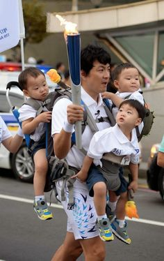 Daehan, Minguk, Manse with Song Il Gook - Torchbearer for Asian Games Incheon 2014 how did he carry this much weight 😲😲 Superman Baby, Cute Kids, Cute Babies, Song Il Gook, Sister Songs, Triplet Babies, Song Daehan, Song Triplets, Ulzzang