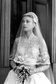 GRACE KELLY/グレース・ケリー:1956年、モナコ大公レーニエ3世に嫁いだ女優のグレース・ケリー。モナコ大聖堂で行われた挙式のドレスは映画会社MGMの衣装デザイナー、ヘレン・ローズがデザイン。©amanaimages