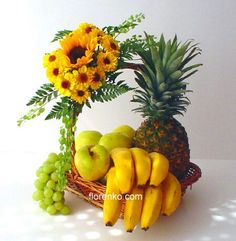 Lindo girasol Arrangements Ikebana, Edible Fruit Arrangements, Basket Flower Arrangements, Floral Arrangements, Fruit Flower Basket, Fruit Flowers, Fruits Basket, Fruit Trees, Fruit Hampers