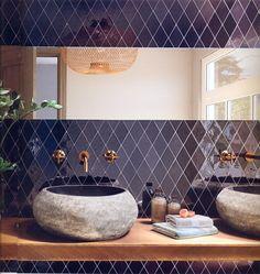 Neues Format bei diesen rhombenförmigen Wandfliesen in elegantem Schwarz, dau Messingarmaturen und alte Steinbecken aus Vietnam. Messing, Double Vanity, Vietnam, Sink, Ceramics, Bathroom, Home Decor, Room Interior, Black